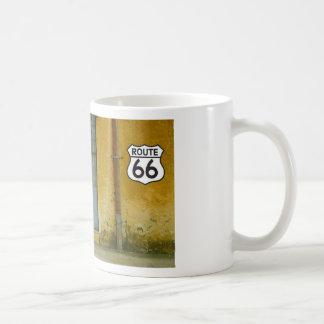 Pinte la pared de la peladura en la ruta 66 tazas de café