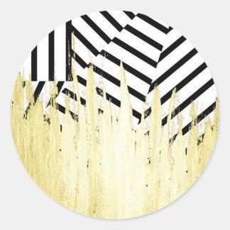 Pinte los movimientos en falso oro en raya negra y pegatina redonda
