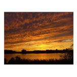 Píntelo naranja - puesta del sol nublada del lago tarjetas postales