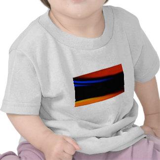 Pintura abstracta colorida abrazo la oscuridad camisetas
