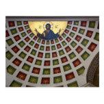 Pintura adornada en el techo de una iglesia postal