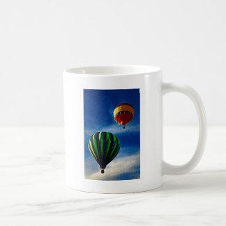 Pintura al óleo del globo del aire caliente taza de café