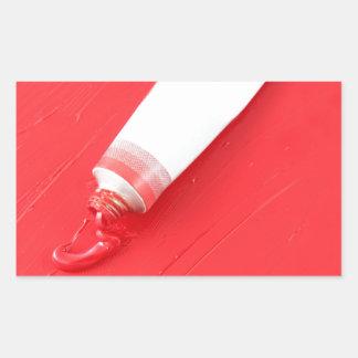 Pintura de aceite roja que se derrama fuera del rectangular altavoz
