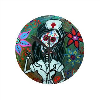 Pintura de Dia de los Muertos Nurse RN Reloj Redondo Mediano
