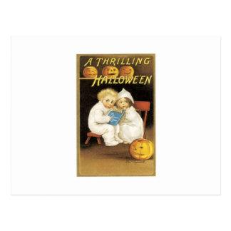 Pintura de Halloween de los niños que leen Postal