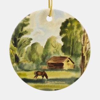 Pintura de la acuarela de la casa del leñador adorno navideño redondo de cerámica