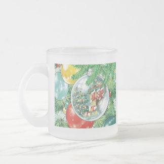 Pintura de la reflexión del árbol de navidad de la taza de café