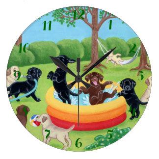 Pintura de Labradors de la diversión del verano Reloj Redondo Grande