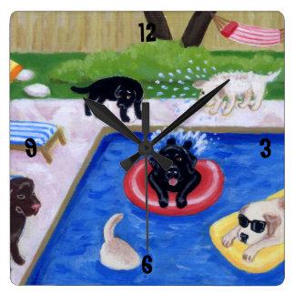 Pintura de Labradors de la fiesta en la piscina Reloj Cuadrado
