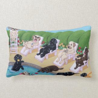 Pintura de Labradors del fiesta del Poolside Cojin