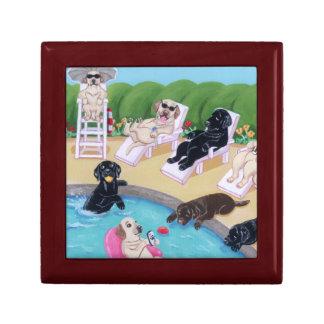 Pintura de Labradors del fiesta del Poolside Joyero Cuadrado Pequeño