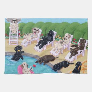 Pintura de Labradors del fiesta del Poolside Toalla De Cocina