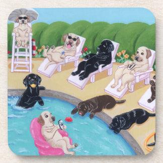 Pintura de Labradors del fiesta del Poolside Posavasos De Bebida