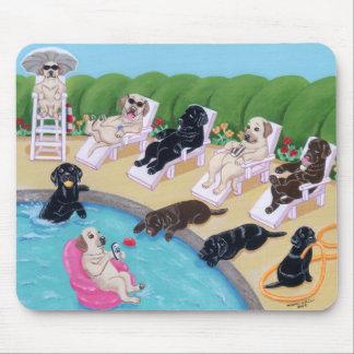 Pintura de Labradors del fiesta del Poolside Alfombrilla De Ratones