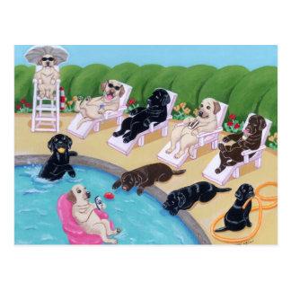 Pintura de Labradors del fiesta del Poolside Tarjeta Postal