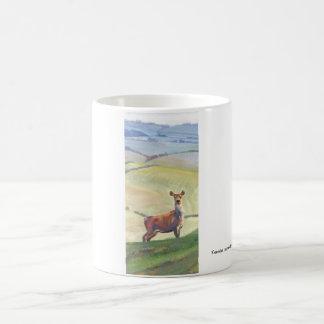 Pintura de paisaje de los ciervos taza básica blanca