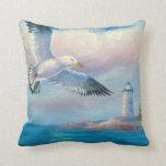 Pintura de una gaviota que vuela cerca de un faro almohadas
