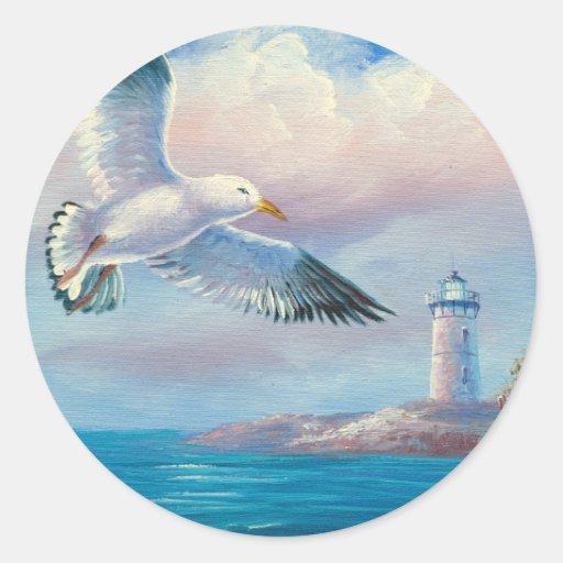 Pintura de una gaviota que vuela cerca de un faro pegatina redonda