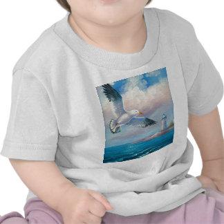 Pintura de una gaviota que vuela cerca de un faro camiseta
