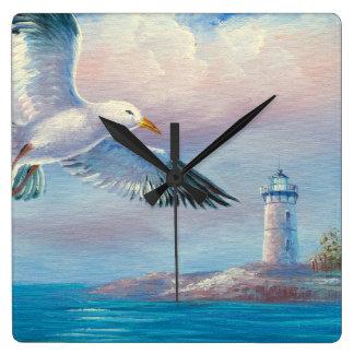 Pintura de una gaviota que vuela cerca de un faro relojes de pared