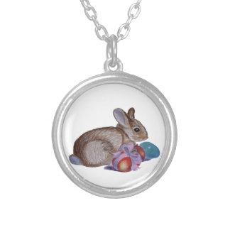 Pintura del conejo y de los huevos de Pascua Collar