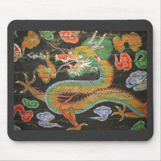 Pintura del dragón en el techo coreano de Sungnyem Alfombrilla De Raton
