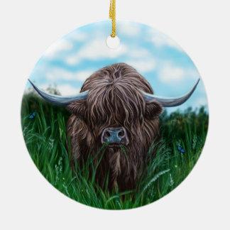 Pintura escocesa de la vaca de la montaña adorno navideño redondo de cerámica