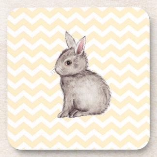 Pintura gris de la acuarela del conejito en galón posavaso