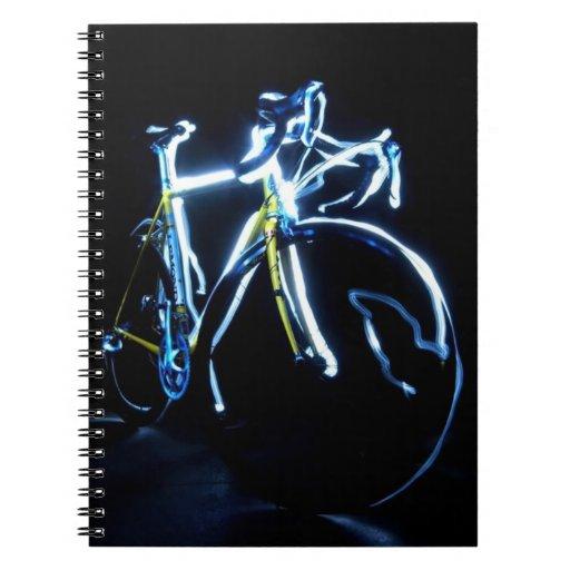 Pintura ligera: una bici azul y amarilla - libros de apuntes