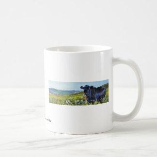 pintura negra de la vaca y de paisaje taza básica blanca