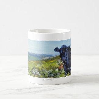 pintura negra de la vaca y de paisaje taza de café