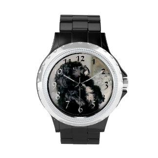 Pintura negra del mascota del perro de caniche relojes