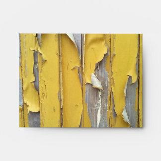 pintura que forma escamas amarilla de la pared