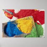 Pinturas del polvo en la paleta con el cepillo posters