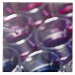 Pipeta y placas de Petri con los líquidos Azulejo Ceramica
