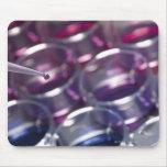 Pipeta y placas de Petri con los líquidos Alfombrillas De Ratones