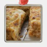 Pique el lasagne, un corte de la porción adorno cuadrado plateado