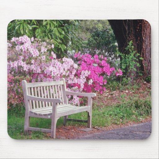 Pique las flores del banco del jardín alfombrillas de ratón