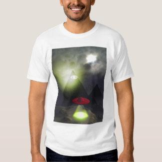 Pirámide de Illuminati y camisa del UFO