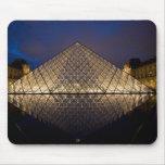 Pirámide del Louvre del arquitecto I.M. Pei en Tapetes De Ratones