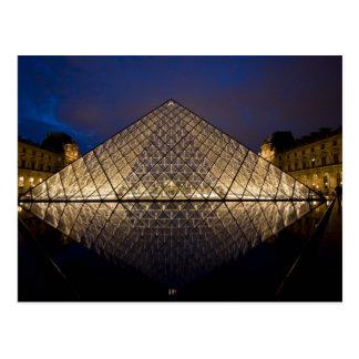 Pirámide del Louvre del arquitecto I.M. Pei en Postales