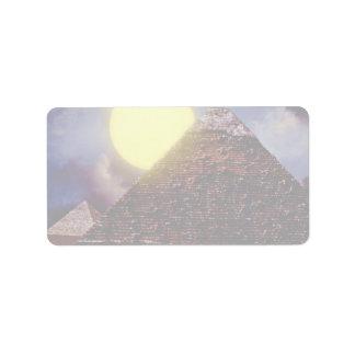 Pirámide egipcia con el sol en fondo etiquetas de dirección