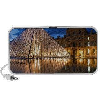 Pirámide en el museo del Louvre, París, Francia Altavoz De Viaje