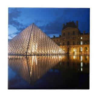 Pirámide en el museo del Louvre, París, Francia Azulejo