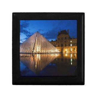 Pirámide en el museo del Louvre, París, Francia Cajas De Joyas