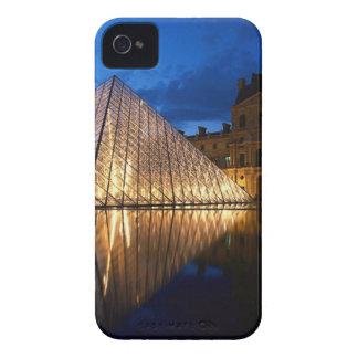 Pirámide en el museo del Louvre, París, Francia Case-Mate iPhone 4 Protectores