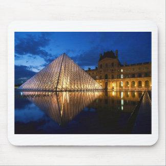 Pirámide en el museo del Louvre, París, Francia Mouse Pads