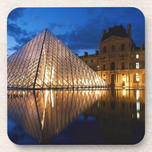 Pirámide en el museo del Louvre, París, Francia Posavasos De Bebida