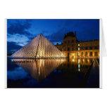 Pirámide en el museo del Louvre, París, Francia Tarjeta