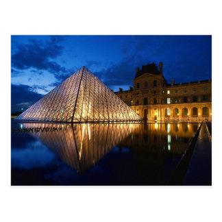 Pirámide en el museo del Louvre, París, Francia Postal